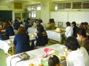 図工室での給食試食会(11:50)