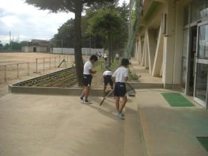 鹿島小の「顔」でもある新館校舎玄関入り口を,静かにそして集中して掃除する4年生(13:45)