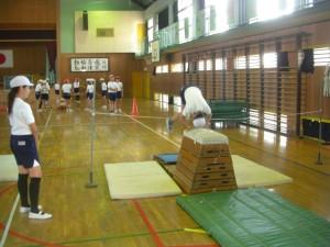 台上前転の練習をする子どもたち(10:50)