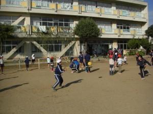 先生の投げるドッジボールをキャッチしようとする男の子(13:15)