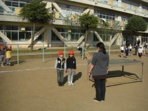 あさっての校内持久走大会であいさつの練習をする子どもたち(13:15)