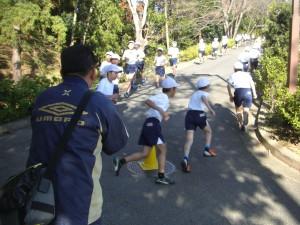 太田先生の声援を受け力走する5年生(10:00)