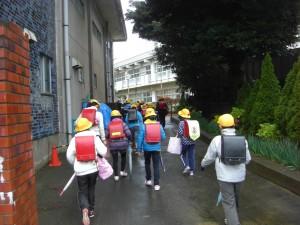 傘を手に登校する子どもたち(7:35)