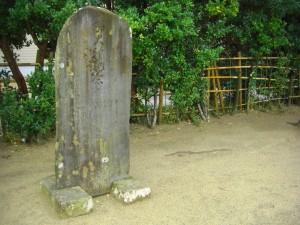 80年以上前に建立された石碑です。(8:00)