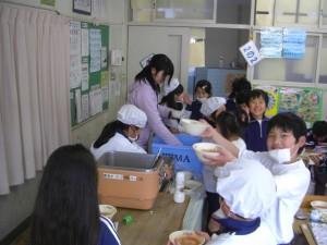 給食の配膳をする2年生の子どもたち(12:20)