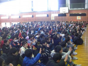 「友だちとなかよく過ごすことができた人?」校長先生の問いかけに,たくさんの子どもたちが「はい!」と挙手をする姿が見られました。(8:55)