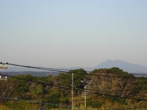 北西方向には筑波山の姿を望むことができました。(8:00)