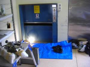 給食用エレベータの工事 中で部品の修理が進められています。(9:30)