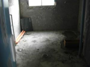 今まであった設備を全て除去し,新たに配水管を設置し床面にコンクリートを流し込んだそうです。(9:40)