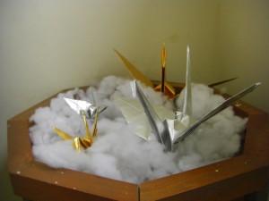 展示台に飾られた金と銀の折り鶴(11:50)