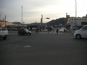 鹿島神宮駅前交差点 保護者の方の見守りの下学校へ向かう子どもたち(7:40)