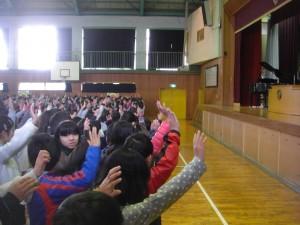 校長先生の問いかけに挙手して答える子どもたち(8:50)