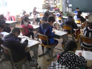 算数の問題を解く3年生の子どもたち(8:50)