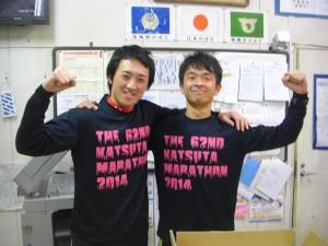 完走記念のシャツを着用して記念撮影をする佃教諭と髙﨑教諭(17:30)