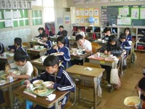 食事をする子どもたち 風邪が流行しているため,予防のため全員前を向いて食事をしています。(12:30)