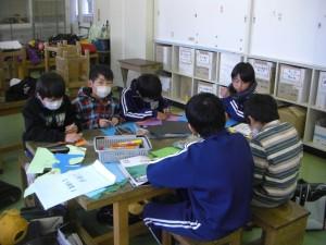 2月分の掲示物を作成する広報委員の子どもたち(15:20)
