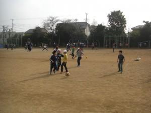 サッカーで楽しいひとときを過ごす子どもたち(13:20)