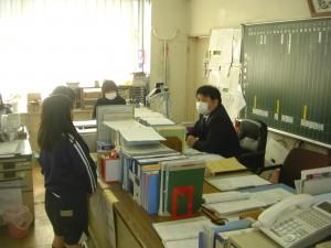 鹿島小の先輩として,後輩でもある子どもたちのインタビューにていねいに答える教頭先生(13:05)