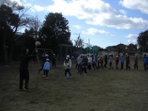 担任の先生と一緒にソフトバレーボールをする6年生(13:20)