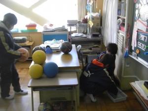 各学級に配布されているボールの空気圧を調整する体育委員の子どもたち(15:10)