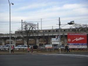 鹿島神宮駅前交差点を横断する子どもたち(7:30)