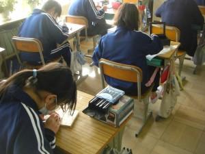 1組図工 卒業制作を進める子どもたち(14:00)