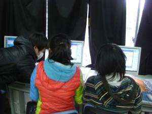 3組総合的な学習の時間 互いにアドバイスしながらプレゼンテーションを作る子どもたち(14:30)