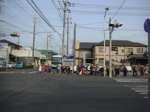 通学路の危険箇所などを確認しながら下校する子どもたち(14:35)