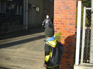 校門前で,校内を見つめる男の子たち(7:55)