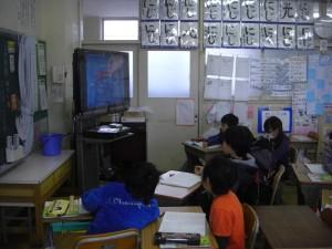 視聴覚教材で学習を進める3年生の子どもたち(9:10)