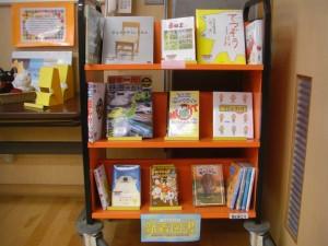 多くの新刊の絵本が展示されています。(11:20)