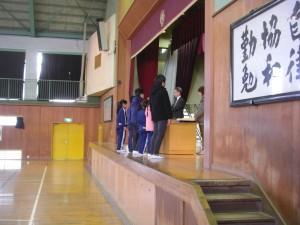 校長先生から受賞者のみなさんに賞状が伝達されました。(8:15)