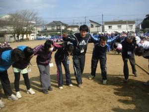職員チーム 円陣を組んで気合いを入れて つなひきに臨みましたが,さすが6年生 男子・女子両チームとも職員チームに勝利しました。(14:05)