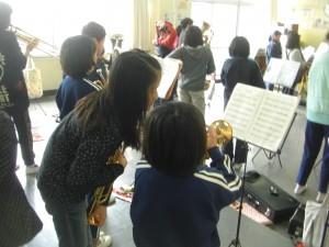 3年生にアドバイスをする吹奏楽部の子どもたち(13:20)
