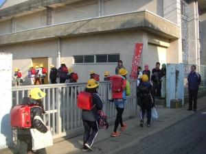 体育館南通用口でのあいさつ運動(7:40)