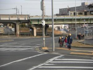 6年生の班長さんを先頭に学校へ向かいます。(7:35)
