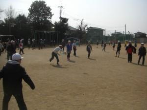 ドッジボールで遊ぶ子どもたち(13:15)