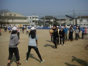 子どもたちといっしょに!ソフトバレーボールを楽しむ本校職員(13:25)