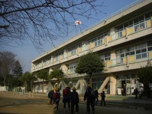 新館校舎玄関入り口付近 登校する子どもたち(7:40)