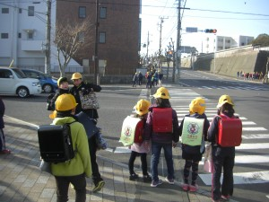 鹿島高校北交差点で,信号待ちをする子どもたち(7:35)