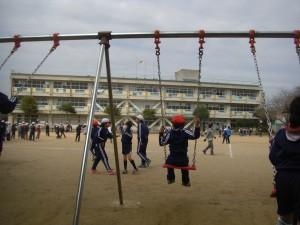 今日修理が完了したブランコで遊ぶ子どもたち(13:25)