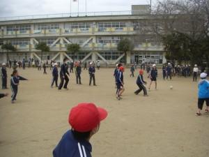 先生と一緒にドッジボールをする子どもたち(13:25)