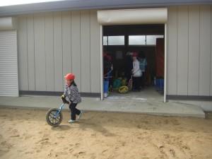 倉庫のかぎを開けてもらい,さっそく一輪車の練習を始める1年生(13:10)