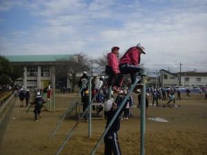 友だちと協力し合いながら,高鉄棒で遊ぶ3年生(13:20)