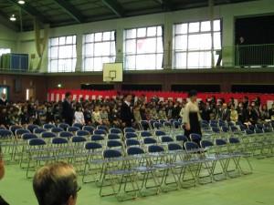 担任の先生を先頭に,卒業生入場(9:00)