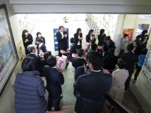 見送りの花道を歩む卒業生(11:45)