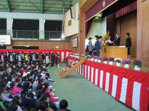校長先生から,5学年代表児童に修了証書の授与(9:10)