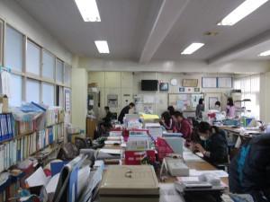 朝の職員室のひとこま(7:50)