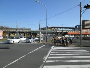 鹿嶋神宮駅前 登校班で学校へと向かう子どもたち(7:25)
