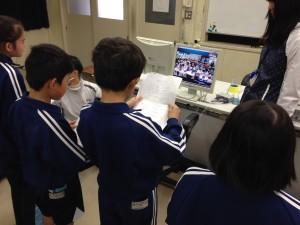 鹿島神宮について説明する児童(3:15pm)